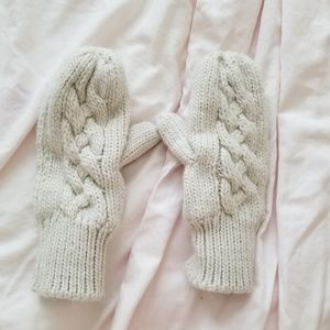 Abercrombie and Fitch cream mittens gloves